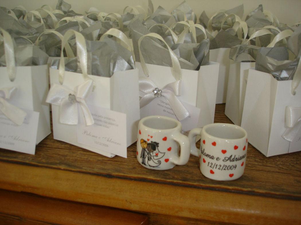 mini sacolinha com mini mugs para os convidados - um mimo!