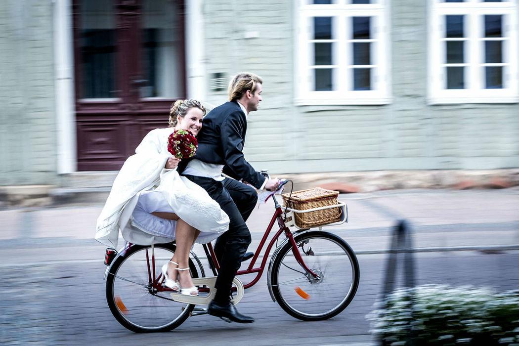 Brautstrauß werfen, iris Woldt, moderne Hochzeitsreportagen, individuell, einzigartig, romantisch, Brautpaar auf Fahrrad, moderne Hochzeitsreportagen