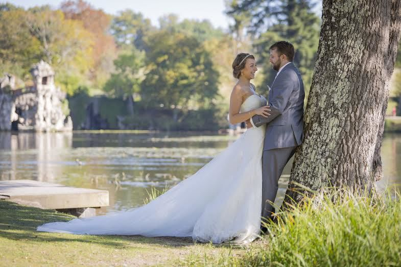 Couple de jeunes mariés dans le parc Majolan à Blanquefort.