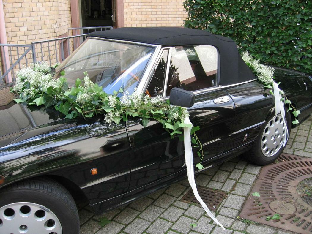Beispiel: Blumen für das Hochzeitsauto, Foto: blumenwerkstatt frankfurt.