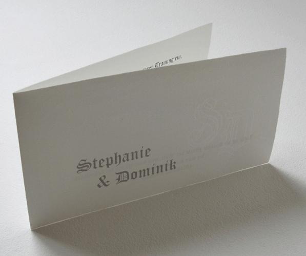 Beispiel: Hochzeitseinladung aus handgeschöpftem Büttenpapier, Foto: Hobl + Sohn.