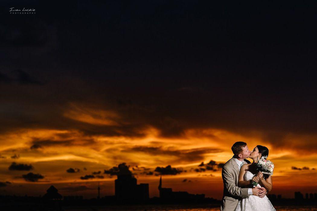 Retrato de Boda en Cancun con un bello atardecer color fuego