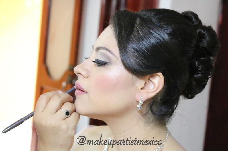 Labios radiantes hermoso peinado.  Makeup Artist Mexico