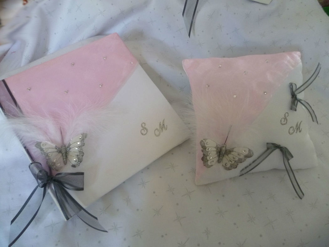 livre d'or et coussin satin blanc et organza rose, déco papillon strass urne et stylo assortis sur demande