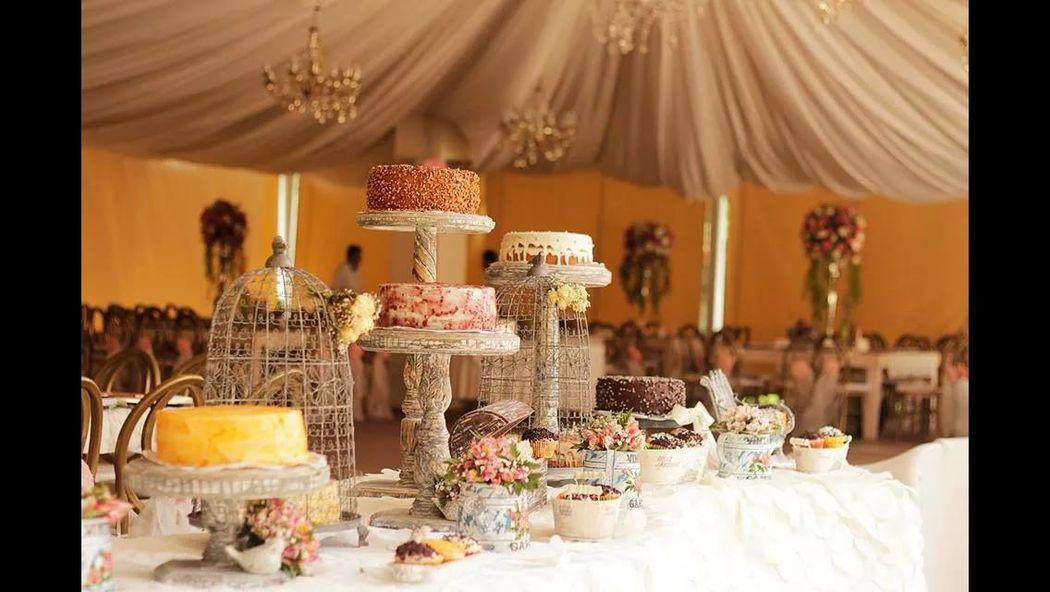 Detalles con Ángel Eventos   (Mesas de postres con montaje de pasteles en diferentes bases)