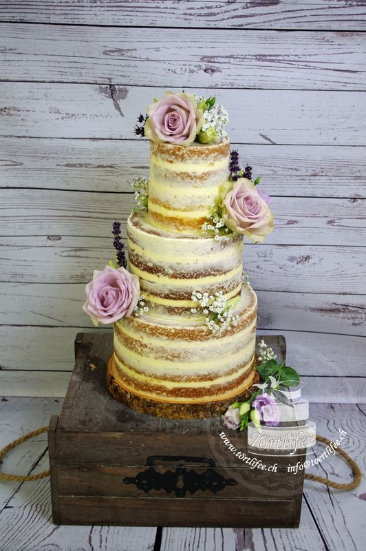 Naked Cake mit Blumen oder Früchten