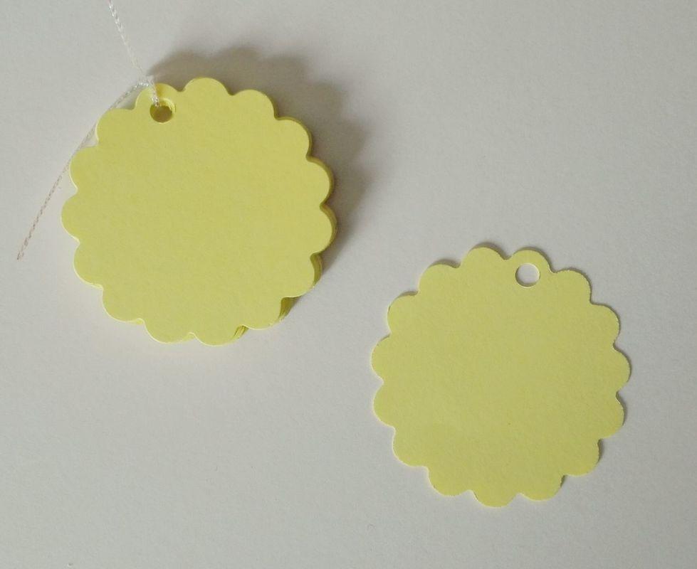 Etiquetas redondas con borde festón, color amarillo pastel. 5cm diámetro.