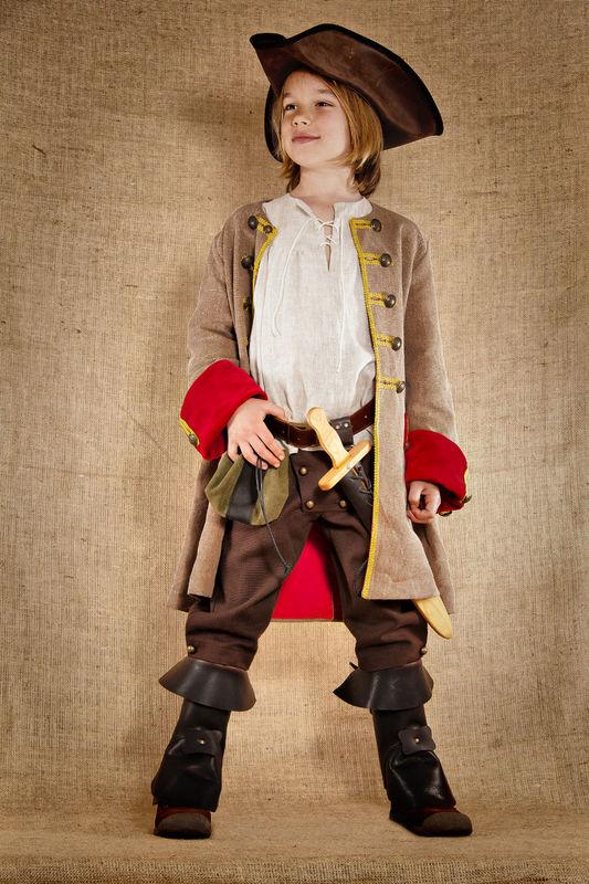 Costume de Jack le pirate comprenant la chemise en lin  le pantalon en coton  la veste en lin/coton et velours Les accessoires en cuir et en bois sont disponibles et vendus séparément  http://www.7etunelieues.com/fr/costumes-garcons/costume-de-pirate-4-ans