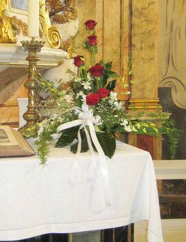 Beispiel: Altarschmuck, Foto: Blumen-Heidi - Die Floristen-Werkstatt.
