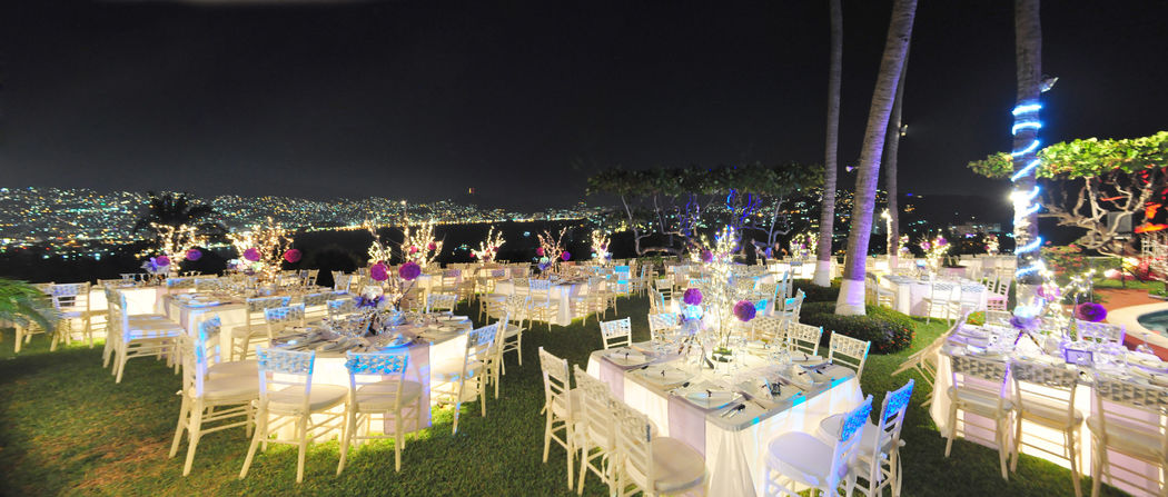 Mobiliario de mesas redondas o cuadradas con iluminación cálida
