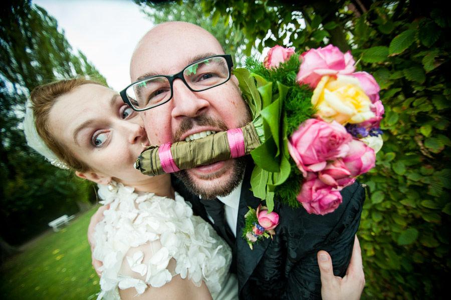 Beispiel: Das Brautpaarshooting geht auch lustig, Foto: Hochzeitsfotografie Thomas Göbert