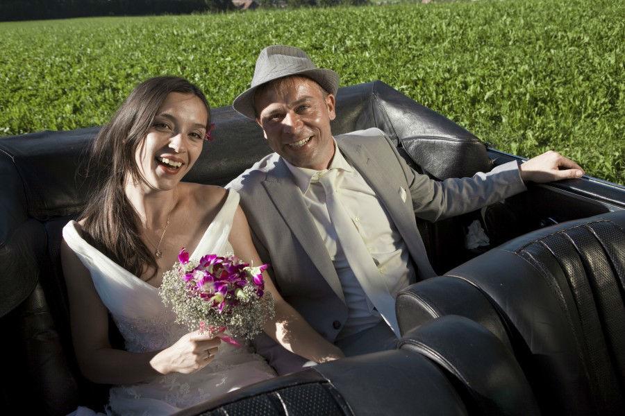 Beispiel: Glückliches Brautpaar, Foto: Die Hochzeitsfahrt.