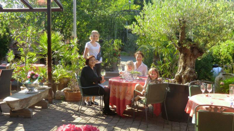 Beispiel: Sekt im Garten, Foto: Alte Straßenmeisterei.