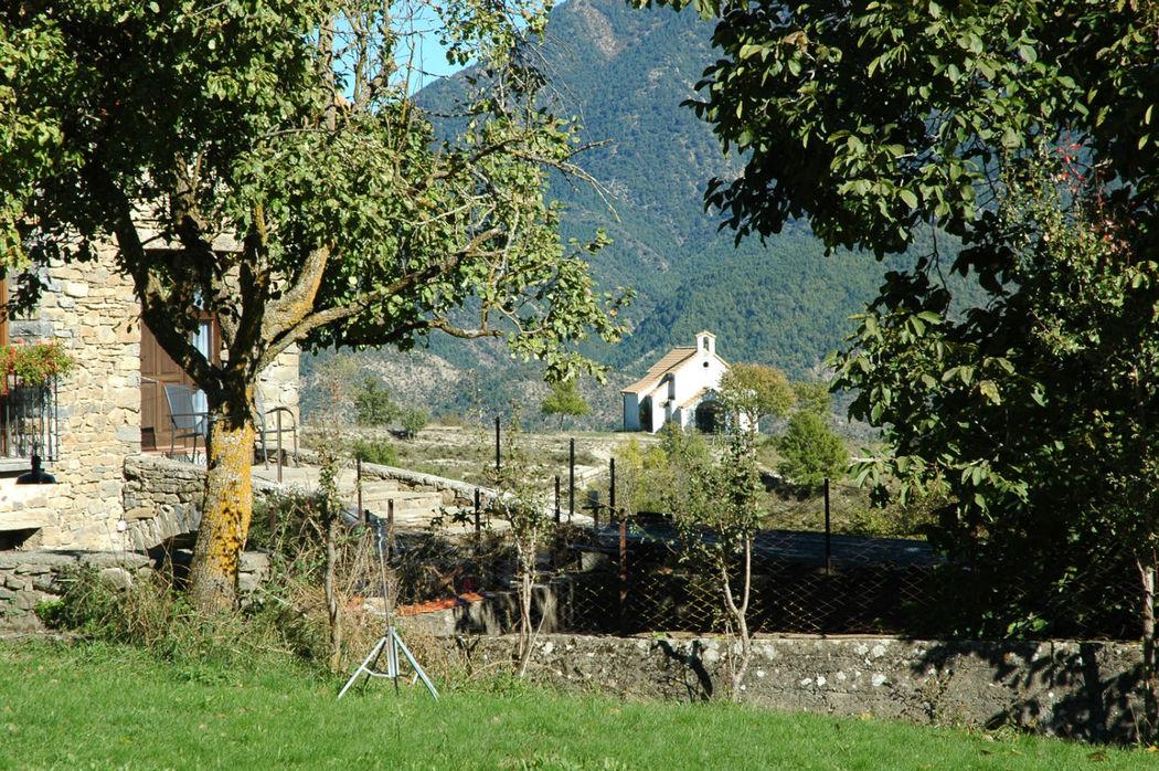 vistas del prado con la ermita de la casa