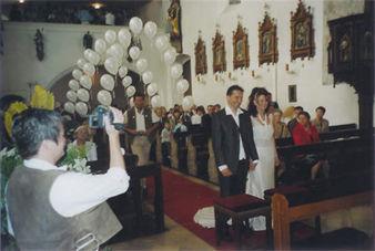 Beispiel: Ballondekoration Kirche, Foto: Ballon Werkstatt.