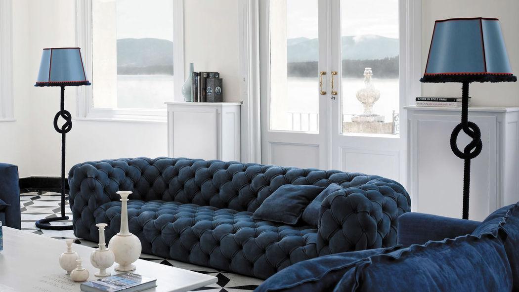 Divano Chester Moon – Baxter. Il divano Chester Moon è un vero e proprio capolavoro di design. Nella sua semplicità di progetto riassume l'importanza dell'equilibrio delle forme nonostante la complessità delle tecniche che ne caratterizzano la realizzazione. Si rifà al passato per quanto riguarda la storia delle tecniche del tutto artigianali necessarie per il suo sviluppo, e si lega al moderno per la semplicità e la pulizia delle linee.