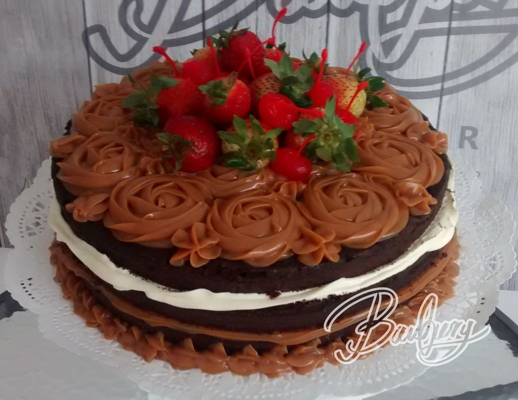 Naked cake de chocolate, arequipe y crema chantilly