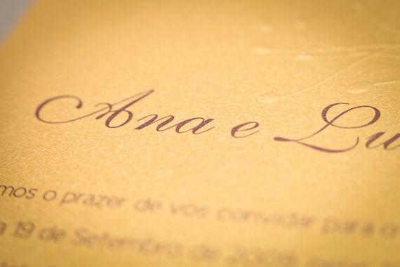 • Lovembrace  Este é um convite clássico e romântico, com ramos que crescem e florescem, dão frutos e protegem. Pode ser uma sugestão da vida que se adivinha ou simplesmente marcar o dia em o amor floresceu. A festa, essa, só pode ser luminosa, apaixonada e muito, muito elegante.  Este convite é impresso em fine paper acetinado, com um acabamento de relevo seco no cartão. O texto é impresso a beringela e a fonte recomendada é a Eurofurence.