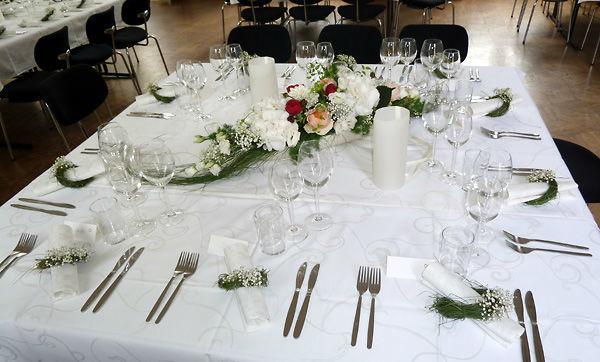 Beispiel: Florale Tischdekoration, Foto: Dornröschen - Blumen Schmidt.