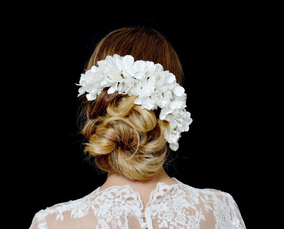 Guirnalda de Flores de Hortensia en tela de seda, terminadas en el centro con una perla.