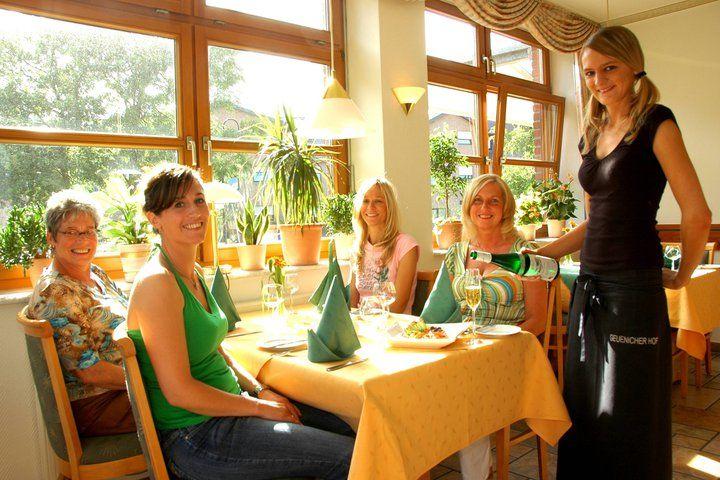 Beispiel: Freundliche Bedienung, Foto: Geuenicher Hof.