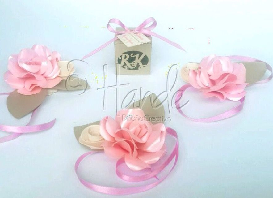 Almendreros personalizados + corsages para damas