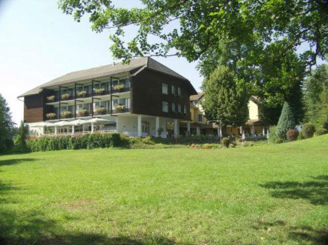 Beispiel: Hotel und Garten, Foto: Inselhotel Faakersee.
