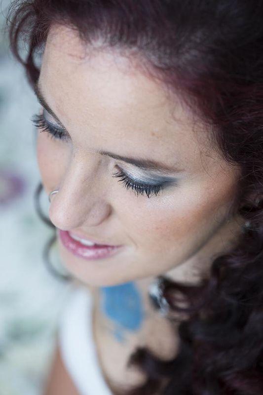 Look con maquillaje de ojos en tonos azulados  y una preciosa melena rizada al viento !! Belleza natural !!