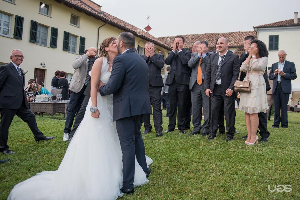 Non guardate gli sposi mentre si baciano