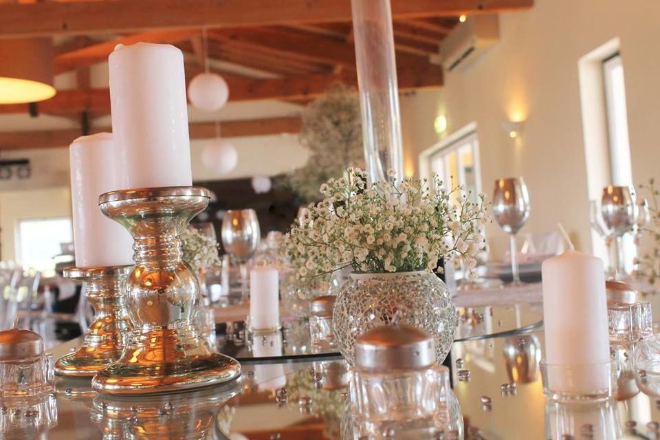 Vista parcial mesa e sala