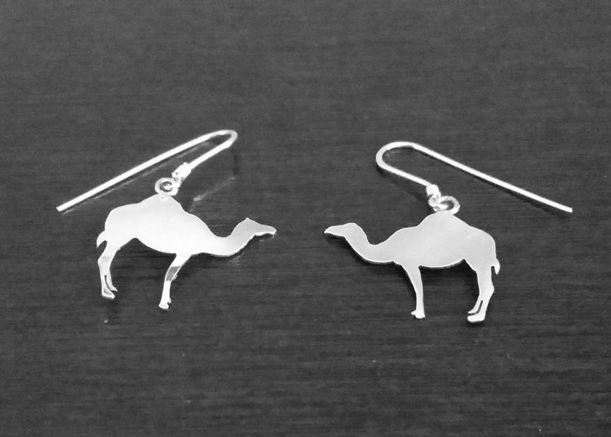 Aritos de dromedario, hechos a mano en plata 950, un regalo simple, pero bonito y delicado.