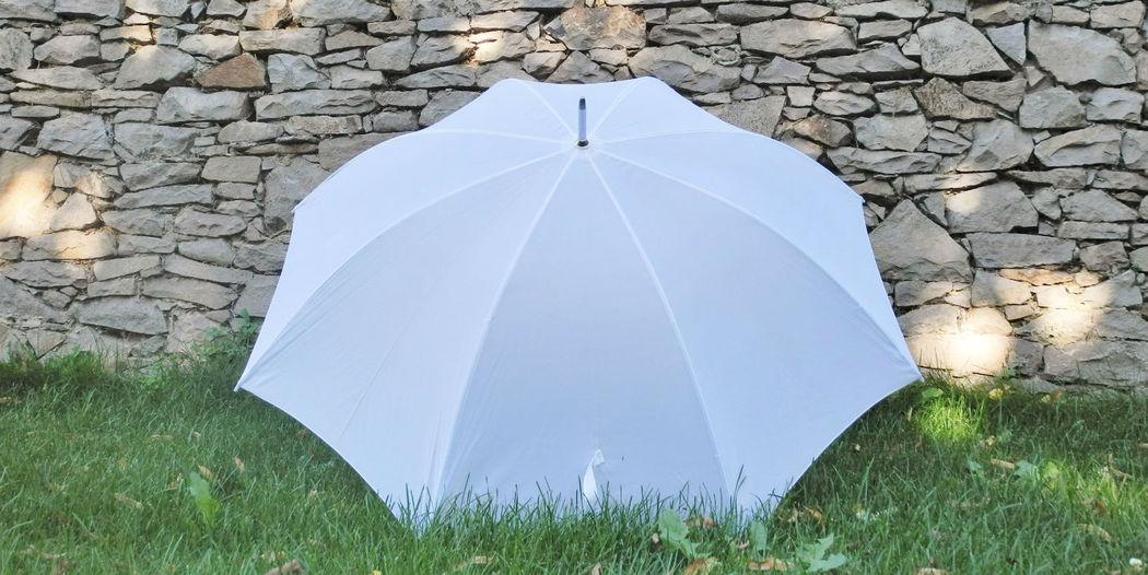 Beispiel: Weiße Schirme für Ihre Hochzeit von wedDROPS, Foto: wedDROPS.