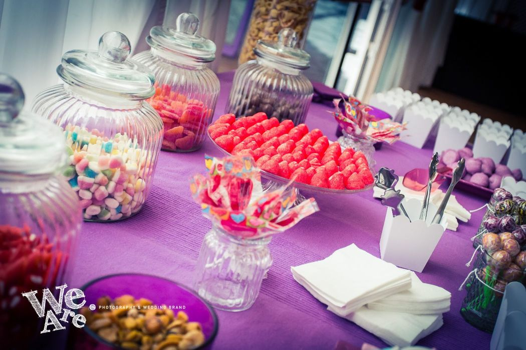 We Are. - Wedding planner. Montaje de mesa de chuches. Organización de boda en tonos morados.
