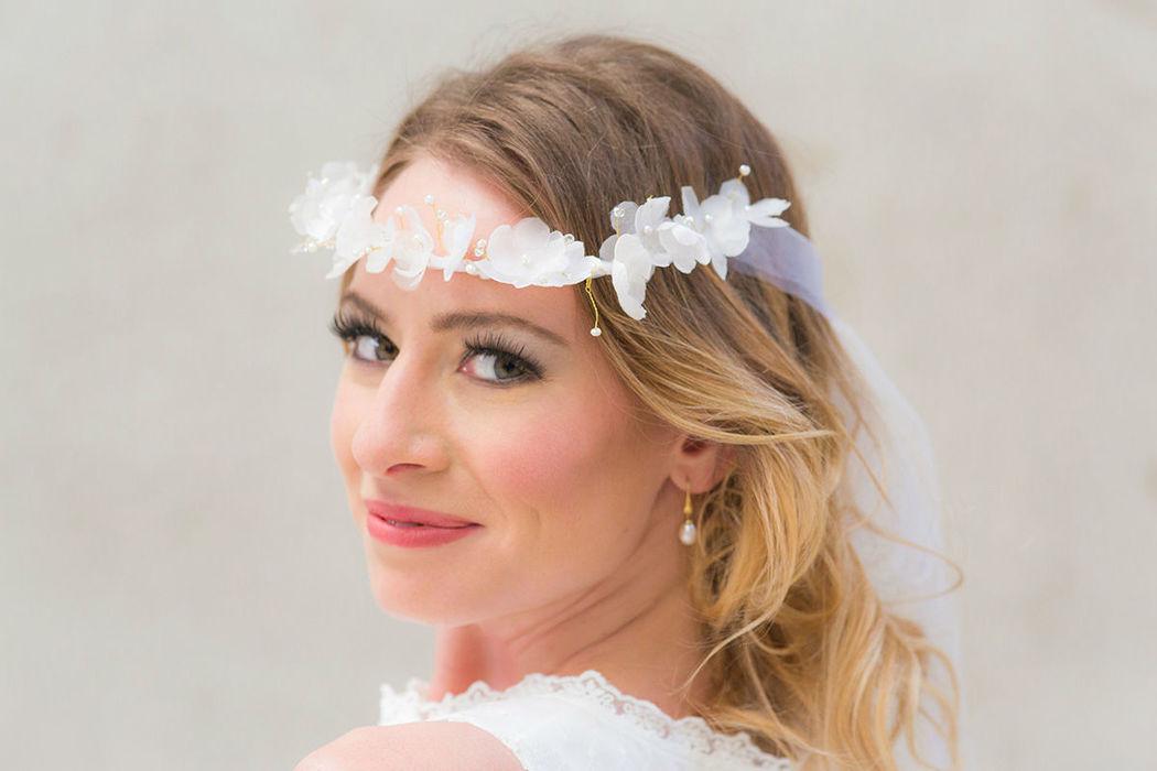 Brautkranz aus Seidenblumen mit Perlen und Strass Bridal crown with silk flowers and pearls