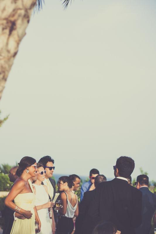 Invitados de la boda en el cóctel.