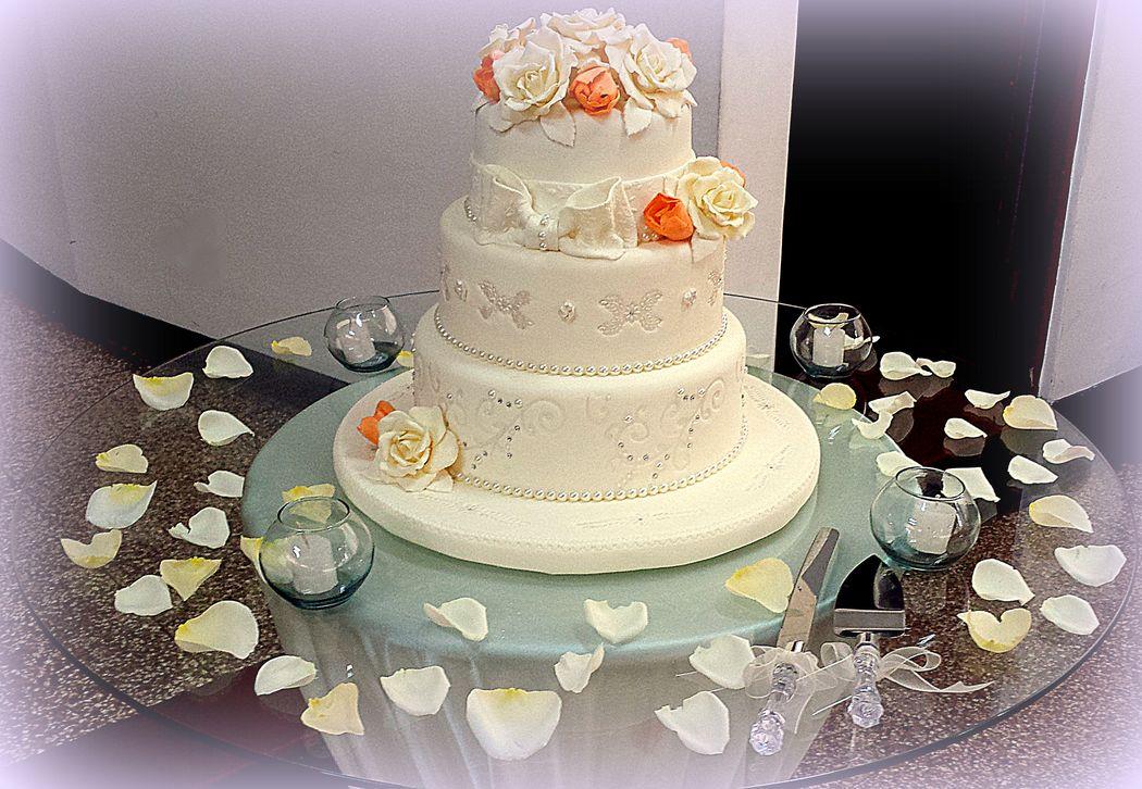 Torta Rosas y Tulipanes en tonos Ivory y Naranja Cake frutado al whisky