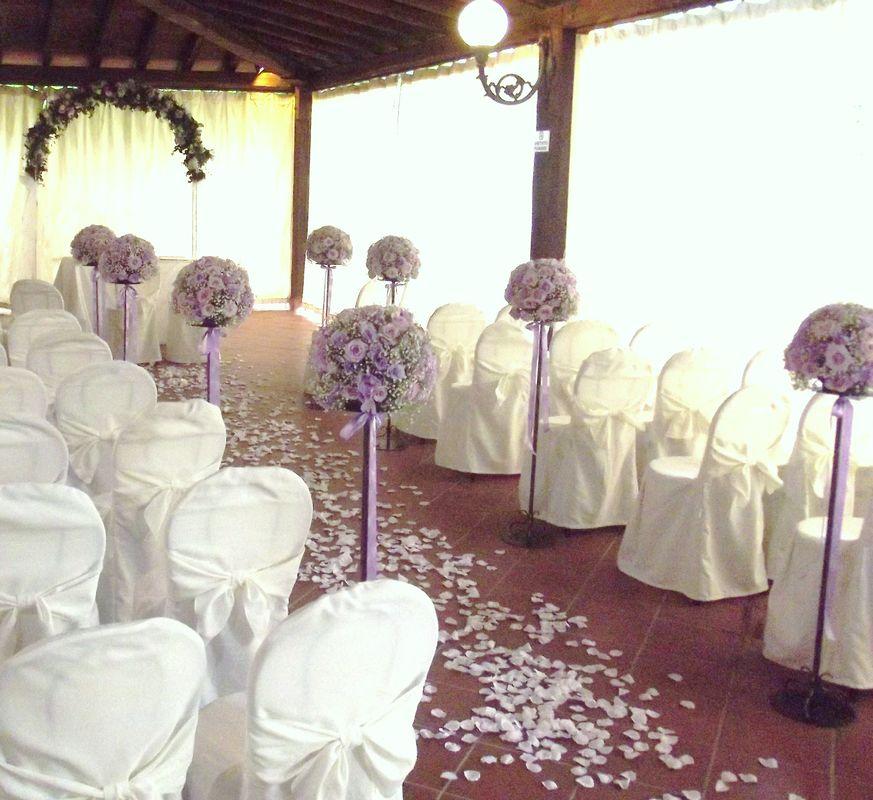 percorso cerimonia con petali sparsi