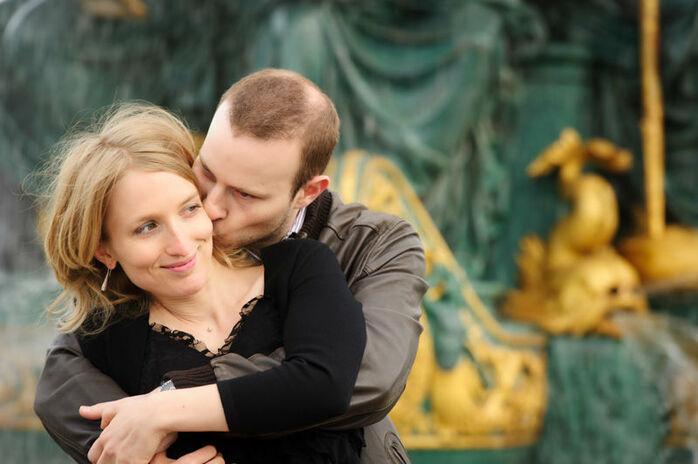 Séance photo de couple à Paris, place de la concorde, devant la fontaine des mers.