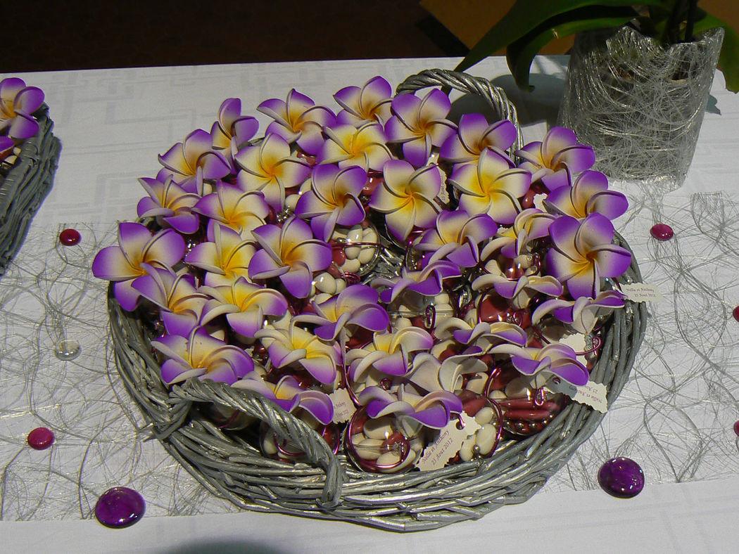 Idée de décoration panier de dragées ornés avec nos fleurs fleurs de frangipanier de 4 cm