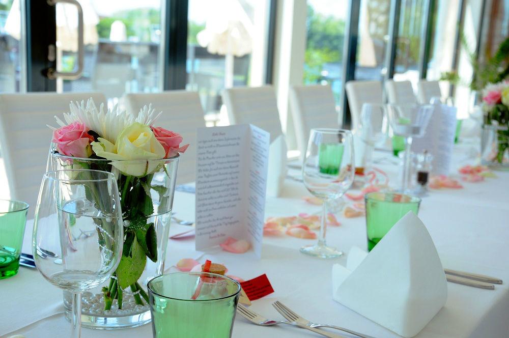 Foto: Rosen auf dem Hochzeitstisch