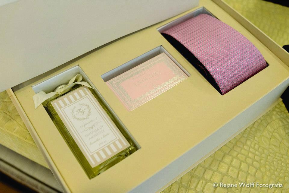CDAM Design - caixa personalizada para padrinho com perfumaria, macarons e gravata.