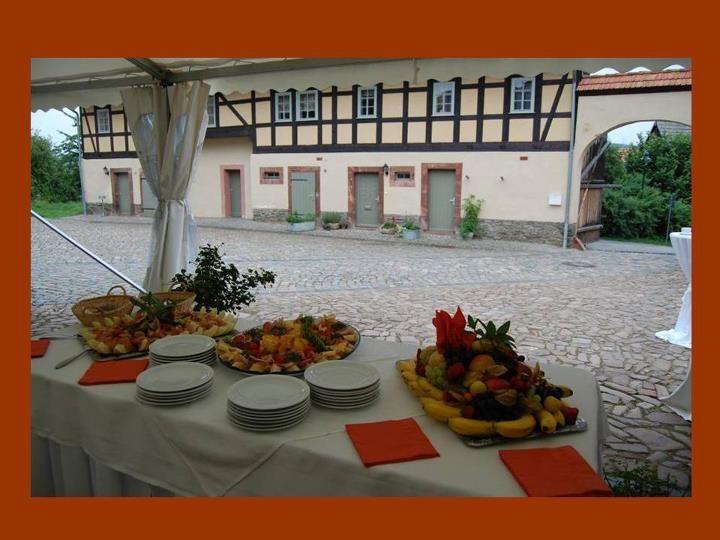 Beispiel: Buffet im Innenhof, Foto: Denkmalhof Schlagwitz.