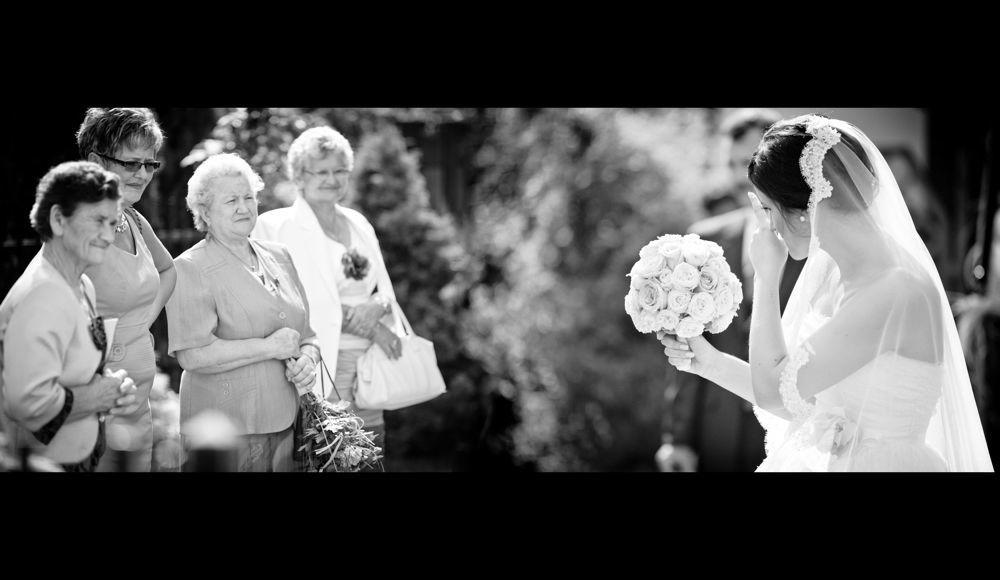 Panna Młoda z weselnikami