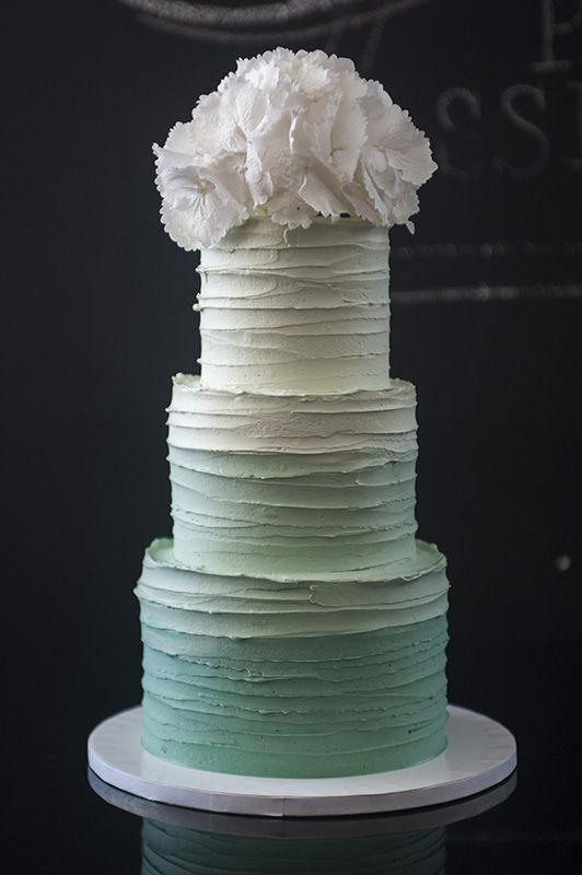 Wedding Cake Buttercreme Ombre mit Hortensie | Foto: Die Zuckerbäckerin