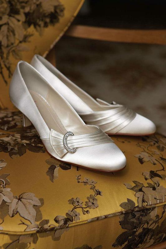 Beispiel: Elegante Brautschuhe mit Schnalle, Foto: Brautstudio Sposa Favola.