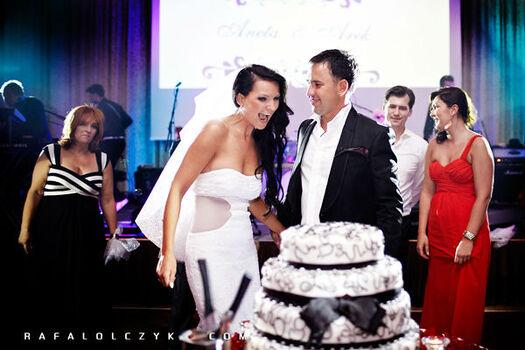 Tort - powinien być spójny z kolorystyką wesela i jego stylem.