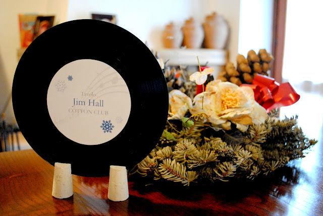 Segnatavolo in disco vinile personalizzato  con cartoncino perlato e tema fiocco di neve per matrimonio invernale