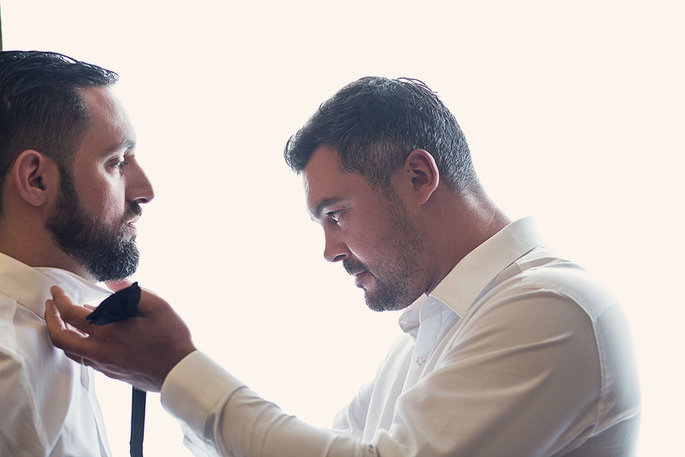 Sweet Félicité Photographie Le marié se préparant avec son témoin / Groom Getting ready with his groomsman/ Pologne
