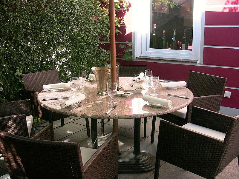 Beispiel: Terrasse - runder Tisch, Foto: Restaurant Weinstein.