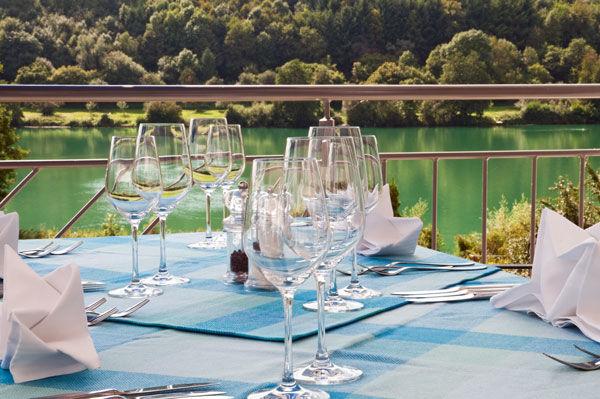 Beispiel: Tisch auf der Terrasse, Foto: Hotel Sättele.